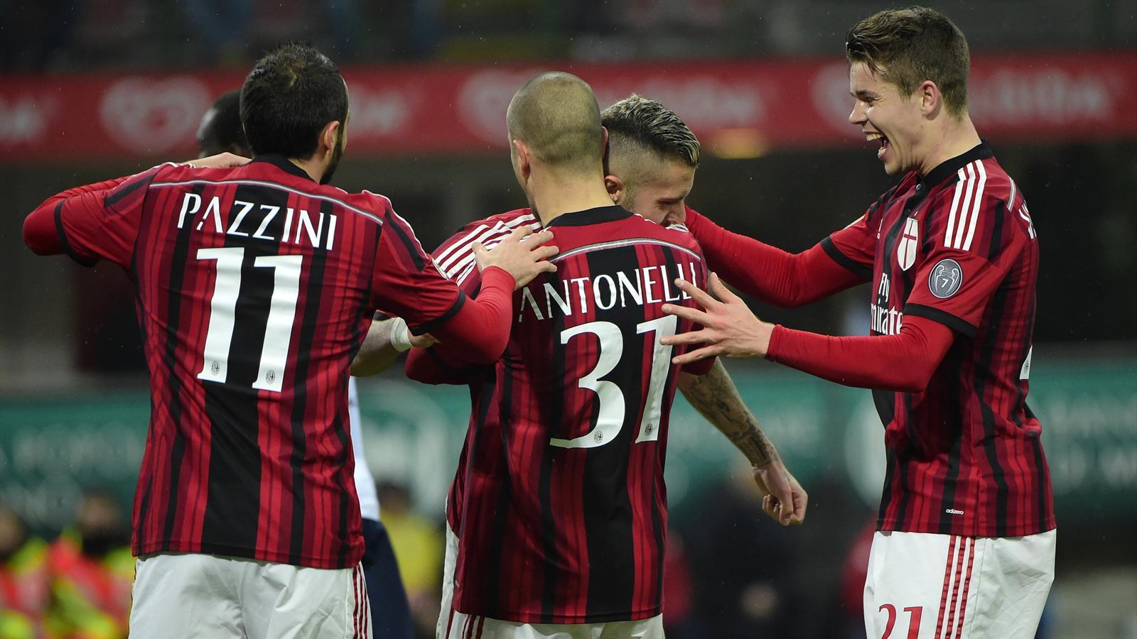 Jérémy Ménez félicité par ses coéquipiers après son double lors de AC Milan-Cagliari (saison 2014-2015)
