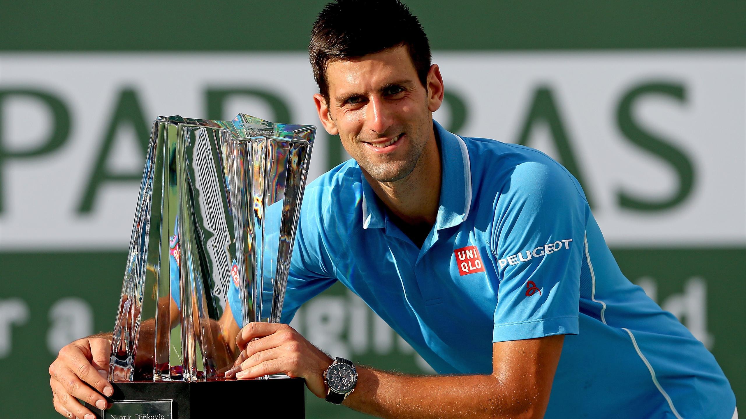 Novak Djokovic avec le trophée du vainqueur du Masters 1000 d'Indian Wells en 2015
