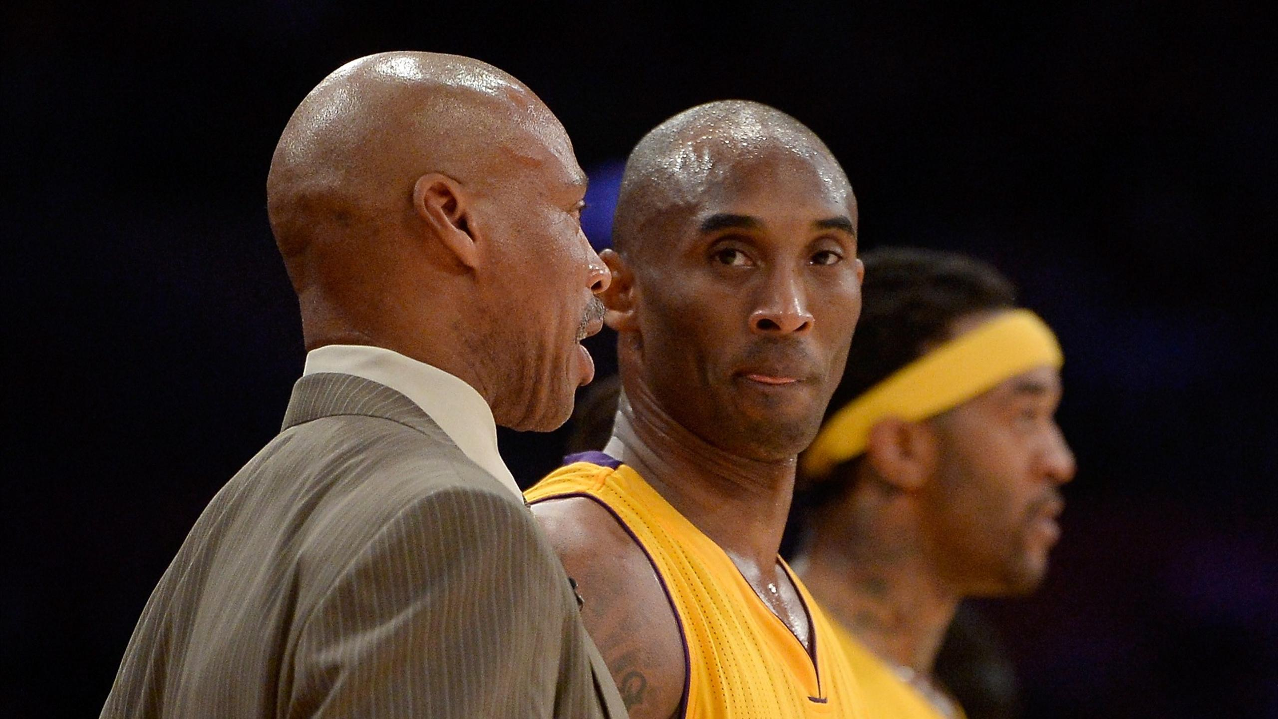 Kobe Bryant à côté de l'entraîneur des Lakers Byron Scott - NBA 2015