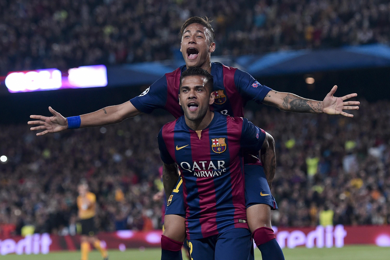 Neymar avec Dani Alves après son but contre Barça-PSG - 2015