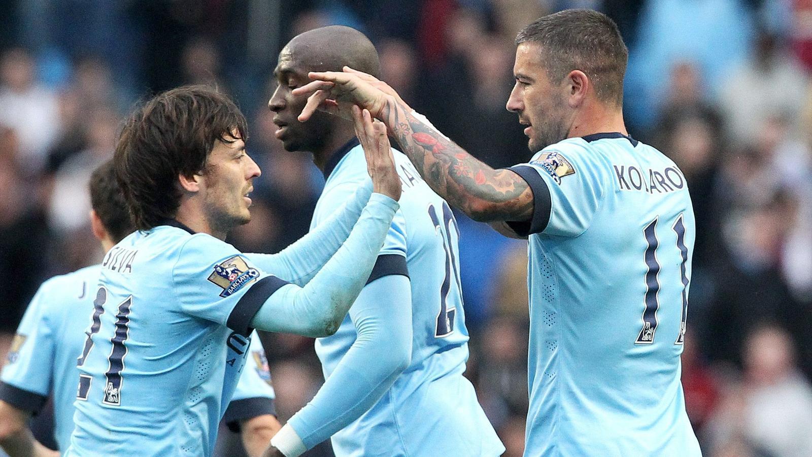 David Silva y Kolarov celebrando un gol en el Manchester City-Aston Villa