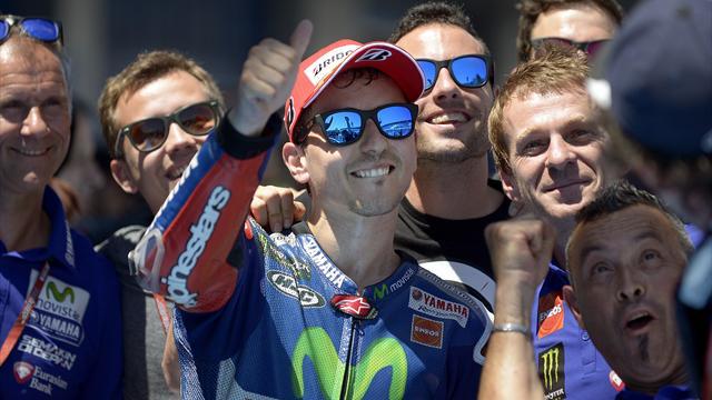 Лоренцо выиграл этап в Испании, Росси в 200-й раз поднялся на подиум