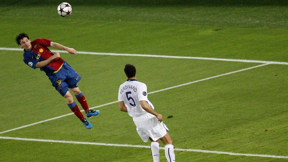 Messi remata de cabeza en la final de la Champions 08/09 frente al Manchester United.