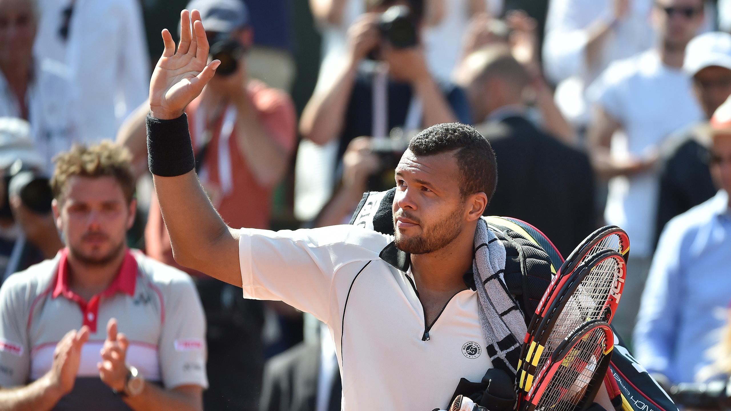 Jo-Wilfried Tsonga salue le public de Roland-Garros après sa défaite contre Stan Wawrinka