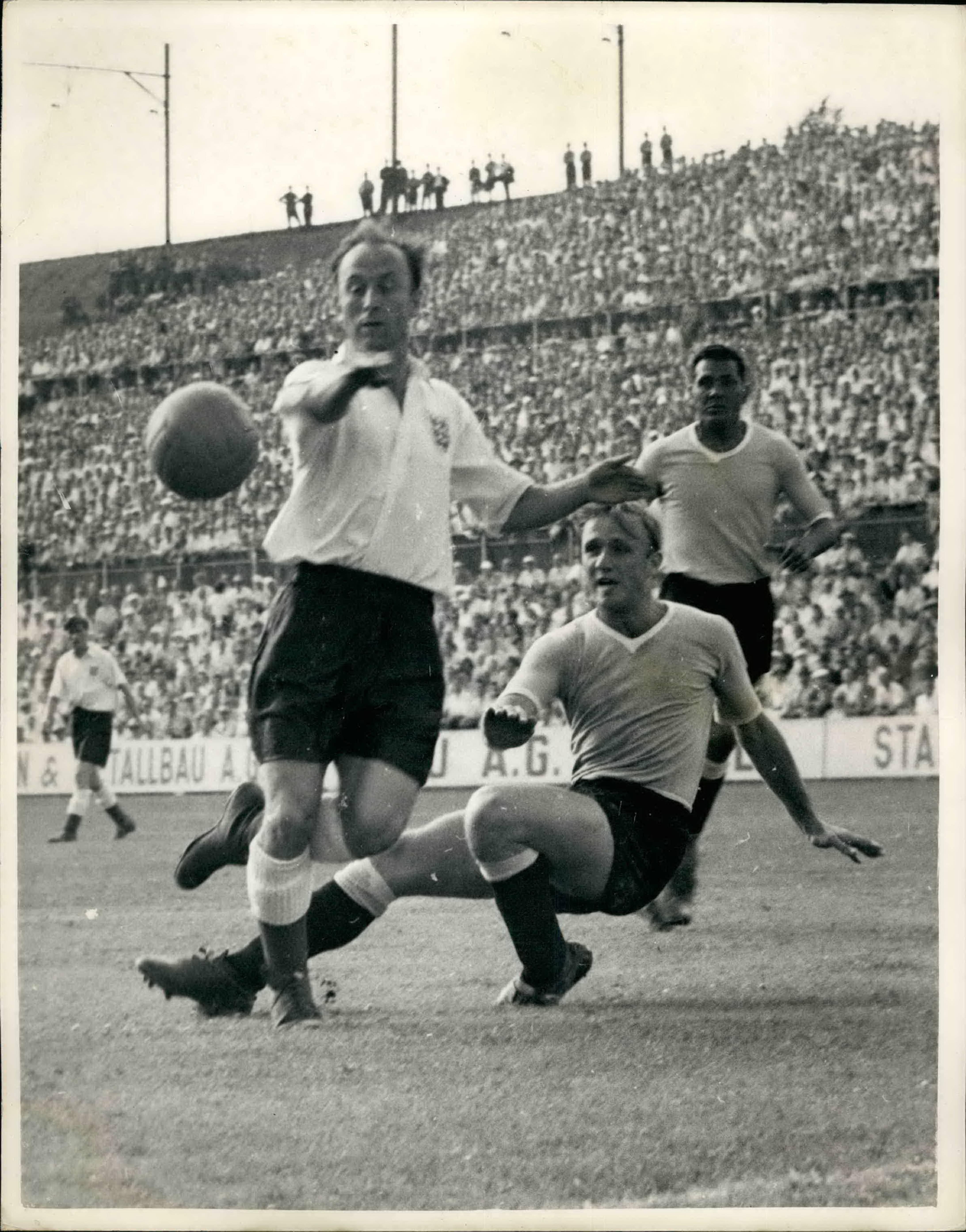 Айвор Бродис (сборная Англии, слева) и Виллиам Мартинес (Уругвай, справа) в матче чемпионата мира-1954