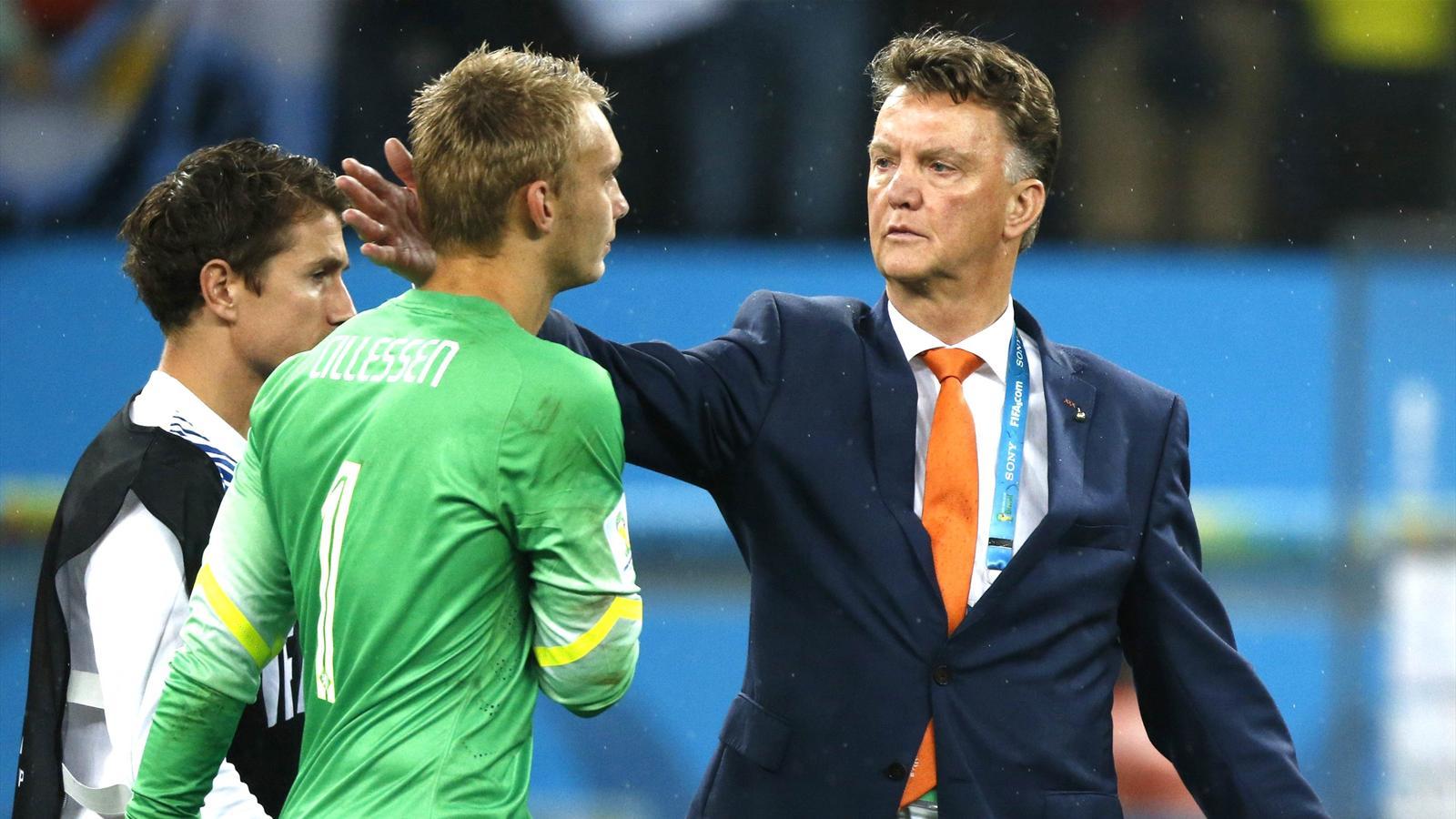 Louis van Gaal embraces Netherlands goalkeeper Jasper Cillessen at the 2014 World Cup in Brazil
