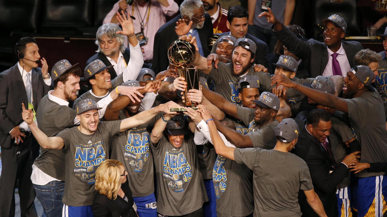 Champions NBA, les Golden State Warriors soulèvent le trophée Larry O'Brien