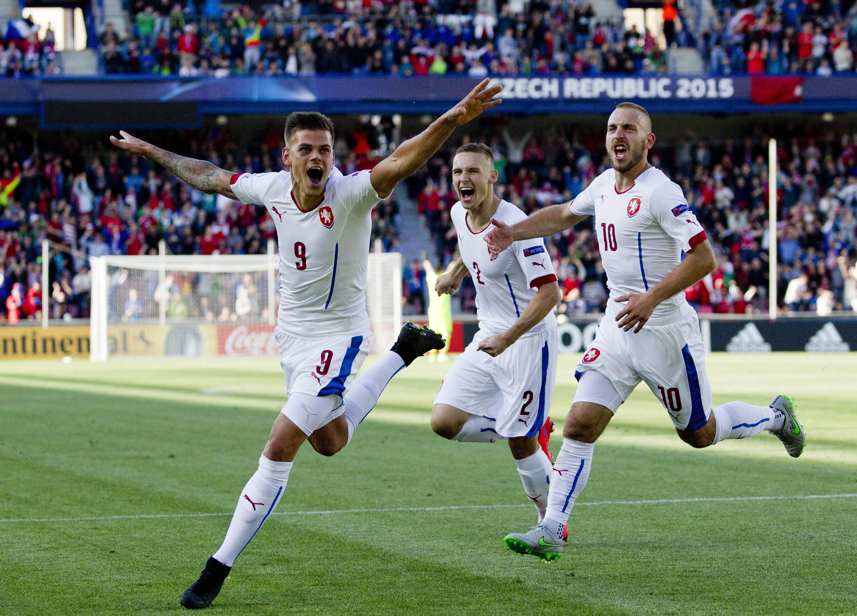 Ян Климент отмечает хет-трик в ворота Сербии