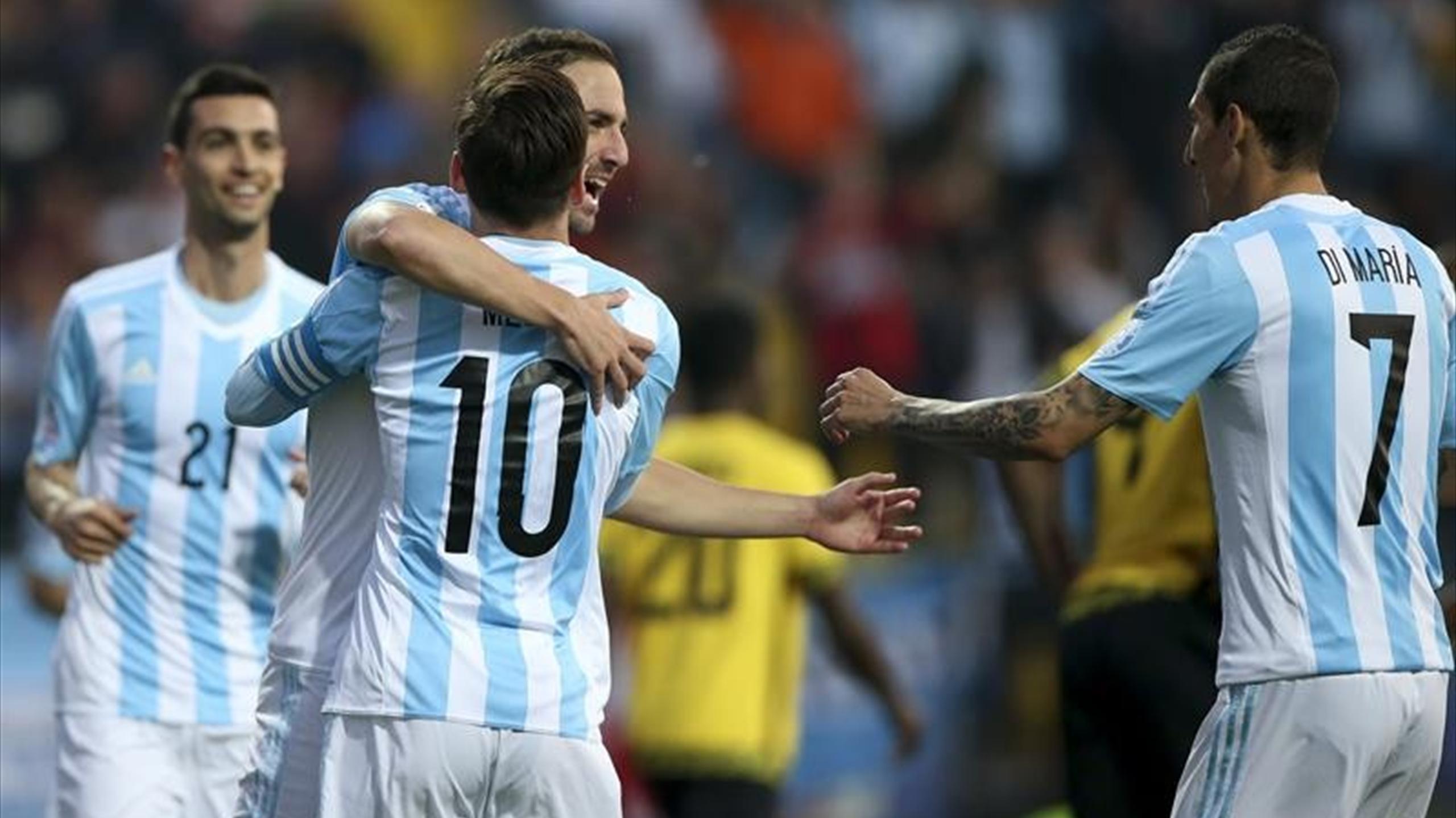 Higuaín celebrando su gol con Messi, Di María y Pastore