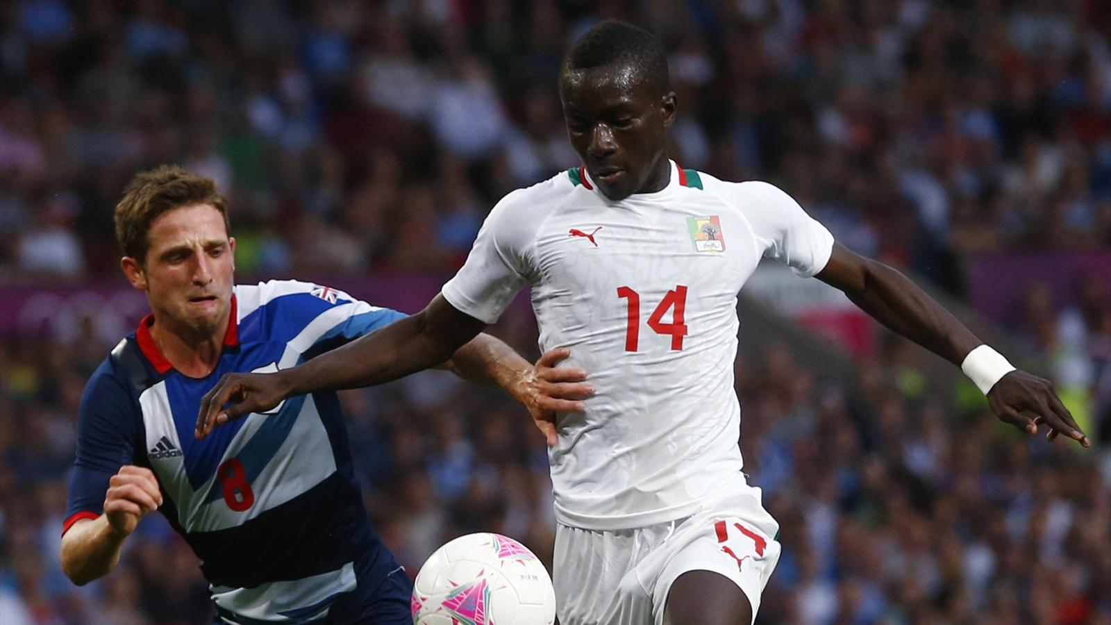 Britain's Joe Allen (L) fights for the ball with Senegal's Idrissa Gueye during at the London 2012 Olympic Games