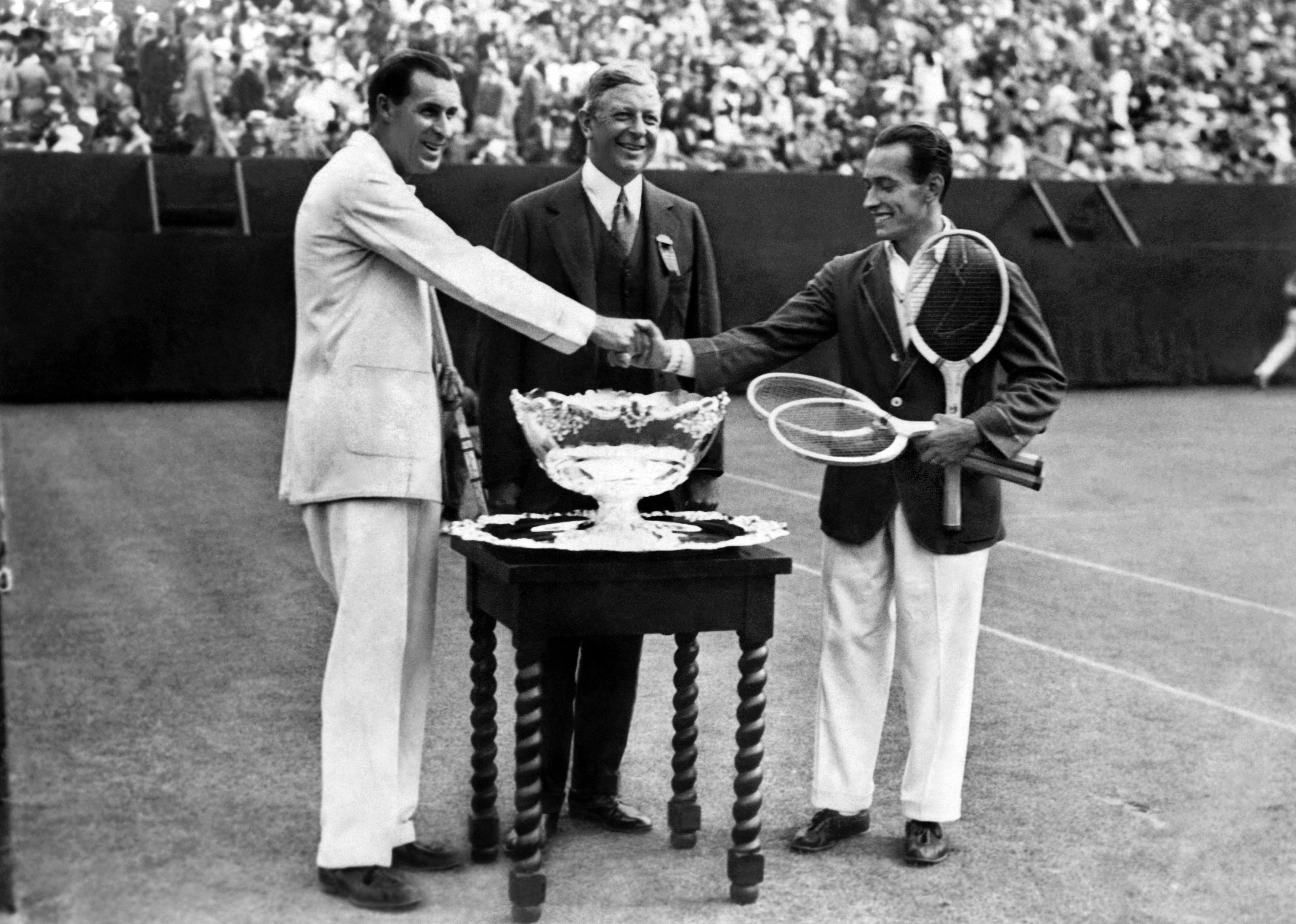 Билл Тилден (слева) и Анри Коше на матче Кубка Дэвиса (1926)