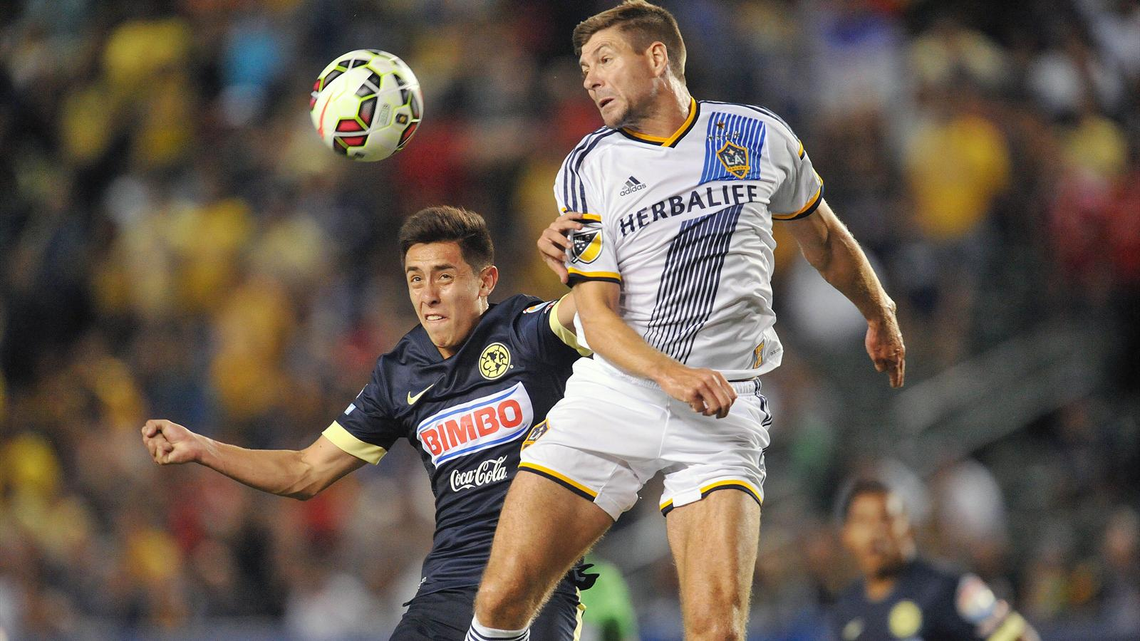 Los Angeles Galaxy midfielder Steven Gerrard (8) plays for the ball against Club America midfielder Francisco Rivera (26)