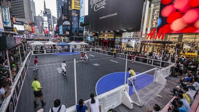 Evsizler için Times Meydanı'nda sokak futbolu turnuvası düzenlendi