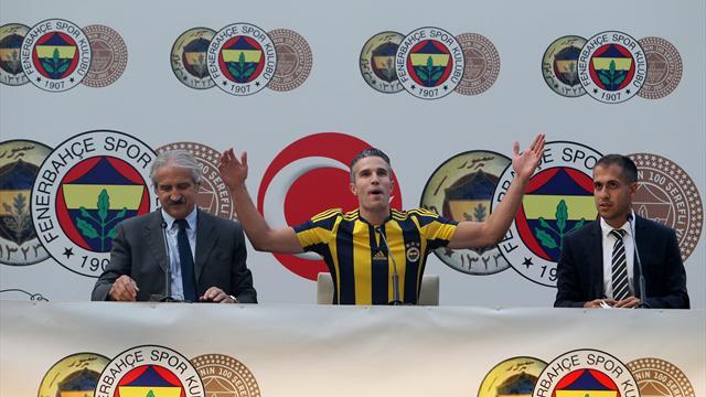 Van Persie fait déjà le show devant la presse turque accompagné de son fils