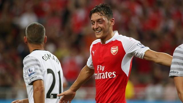 Özil fait admirer sa technique en jonglant avec du sparadrap
