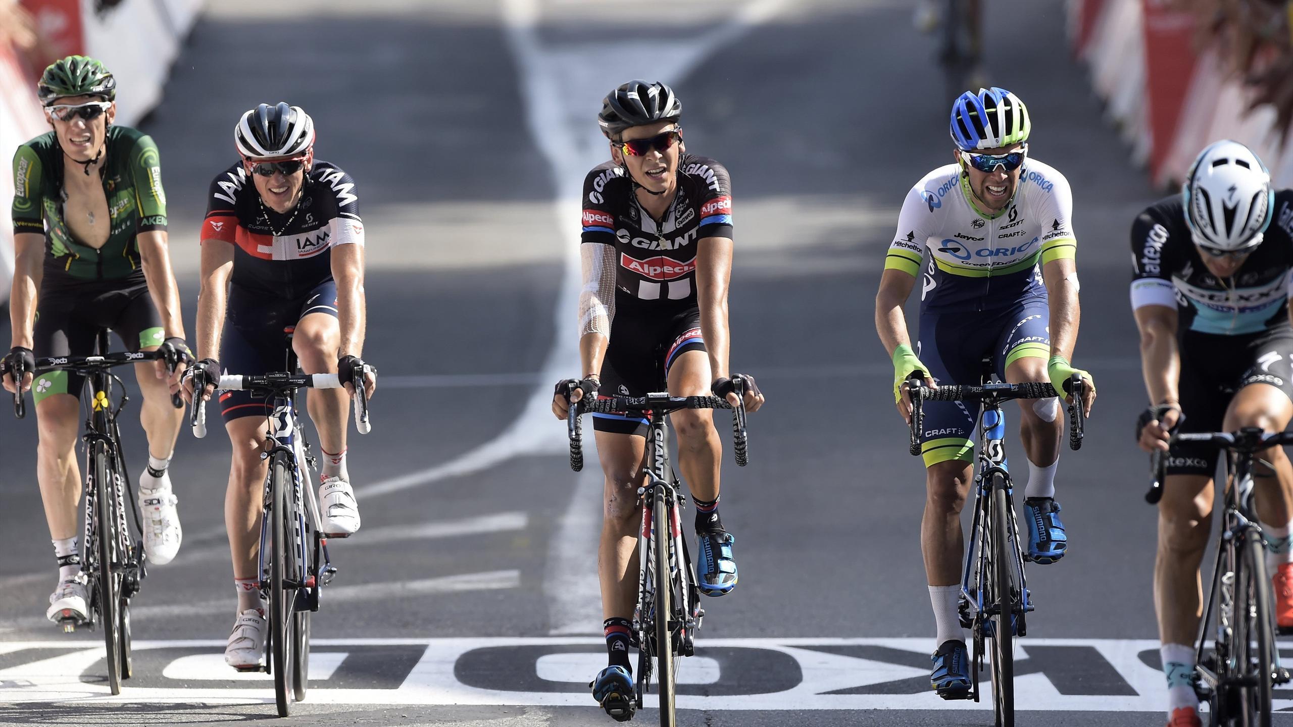 Warren Barguil (Giant-Alpecin) franchit la ligne d'arrivée à Mende (14e étape du Tour de France 2015) dans le même groupe que Pierre Rolland (Europcar)