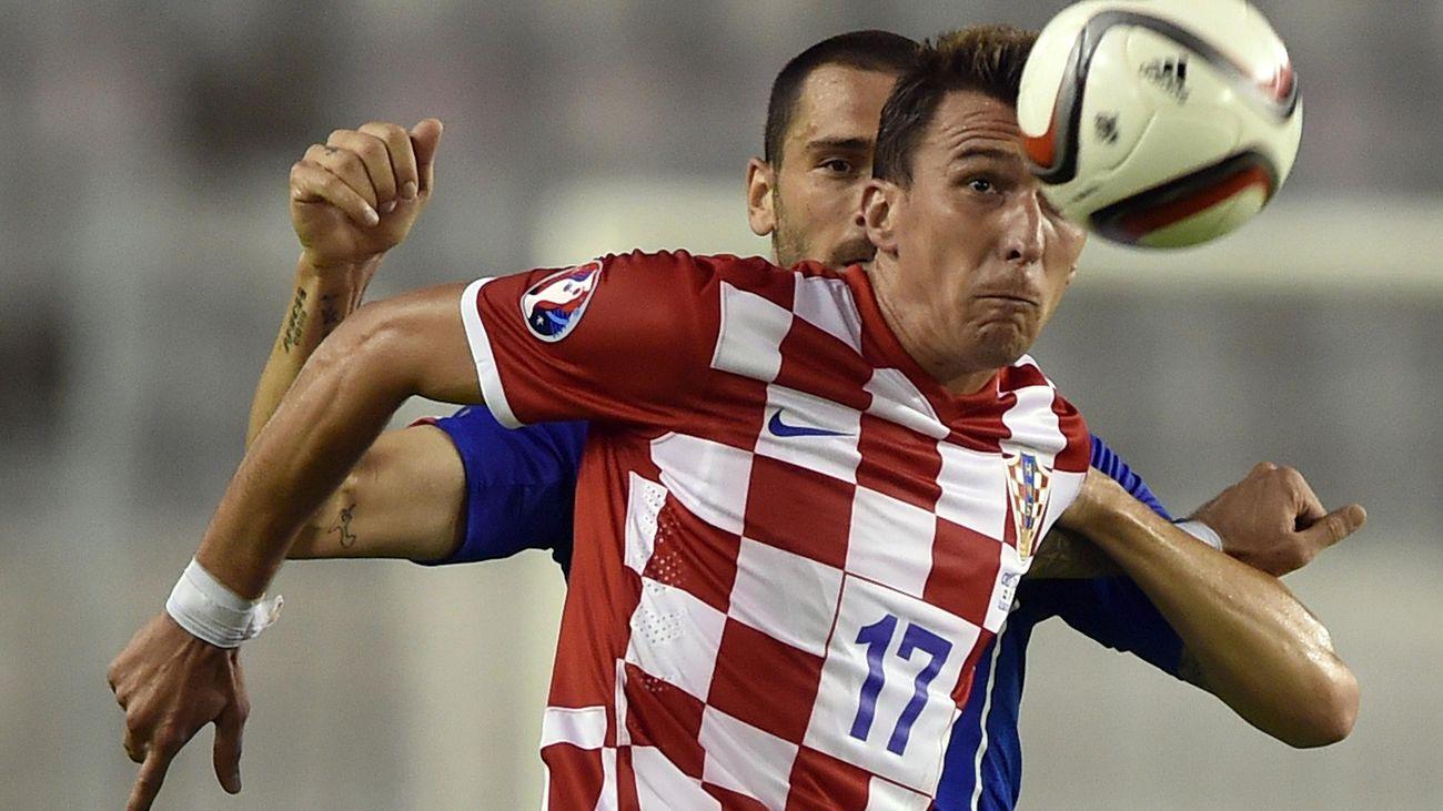 Mario Mandzukic au duel avec Leonardo Bonucci lors de Croatie-Italie (Qualifs Euro 2016)