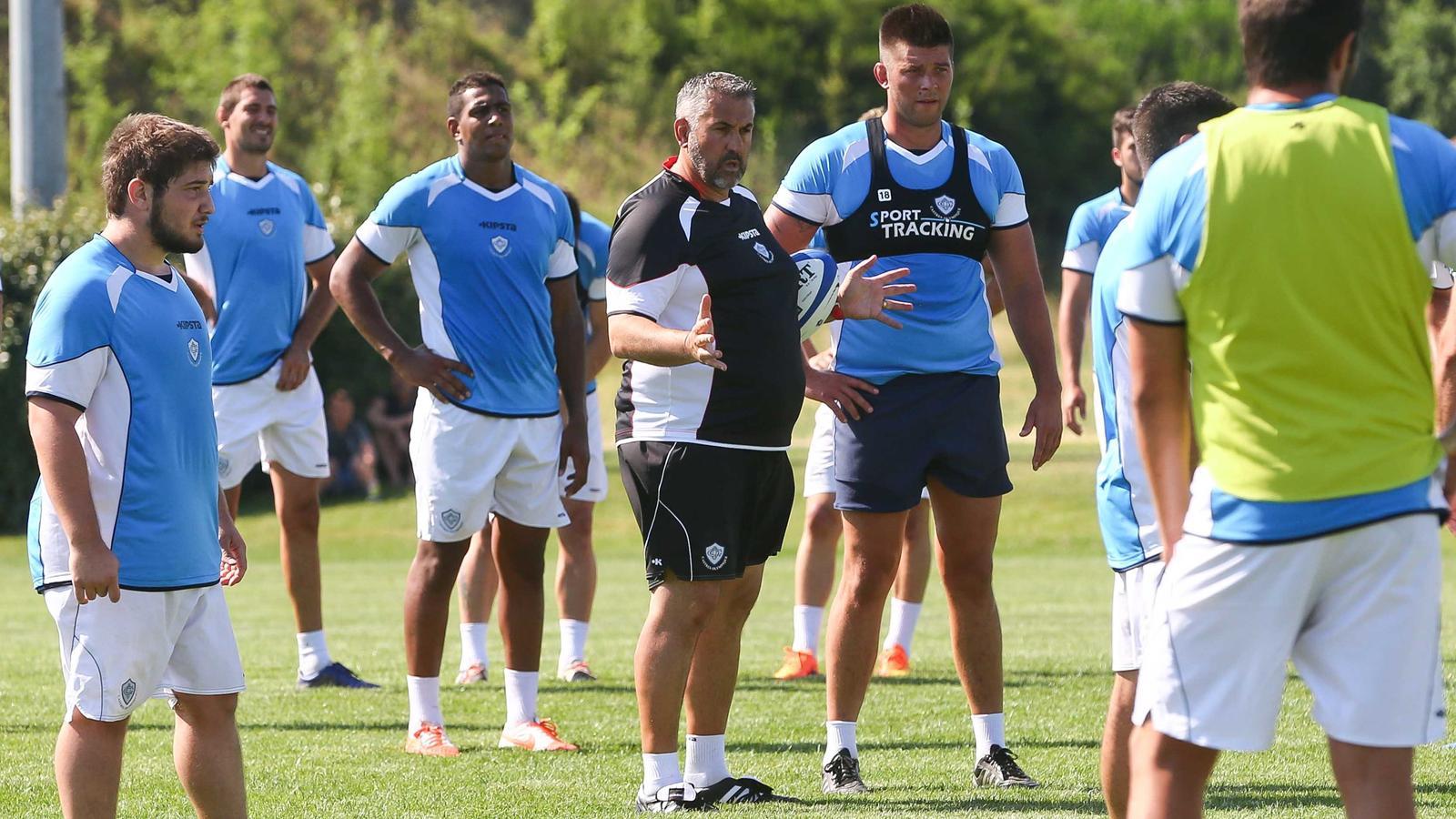 Christophe Urios au milieu de ses nouveaux joueurs