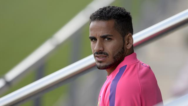 Защитник «Барселоны» Дуглас рискует пропустить около восьми недель