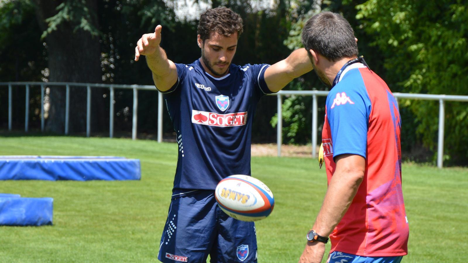 Dupont met en pratique un exercice préparé par Philippe Doussy (de dos), chargé de la technique individuelle au FCG. Photo Laurent Genin Rugbyrama 29 juin 2015