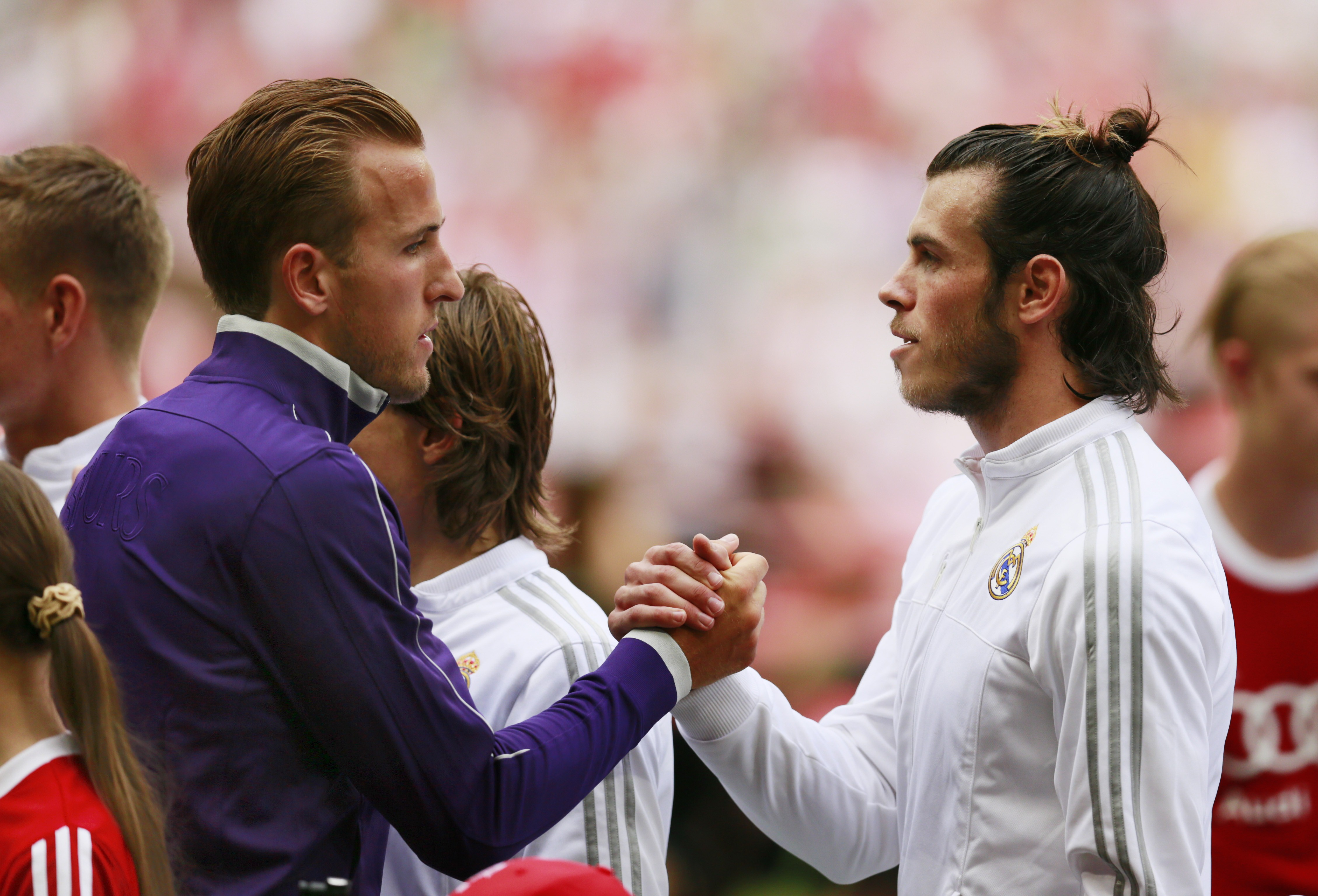 Gareth Bale salue Harry Kane avant le match amical entre le Real Madrid et Tottenham