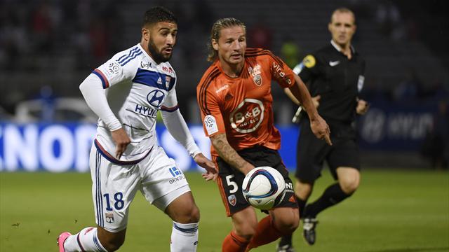 Nabil Fekir en duel face à Mehdi Mostefa lors de Lyon-Lorient
