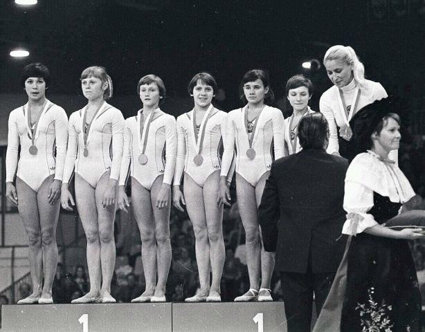 Елена Мухина (вторая слева)
