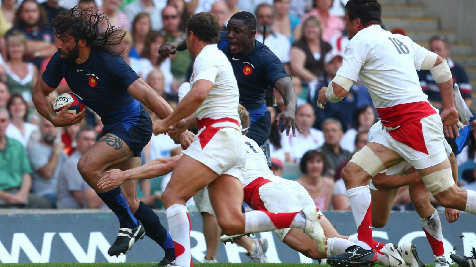 Sébastien Chabal avait inscit un essai pour la dernière victoire française à Twickenham. Yannick Nyanga était déjà là (11 août 2007)