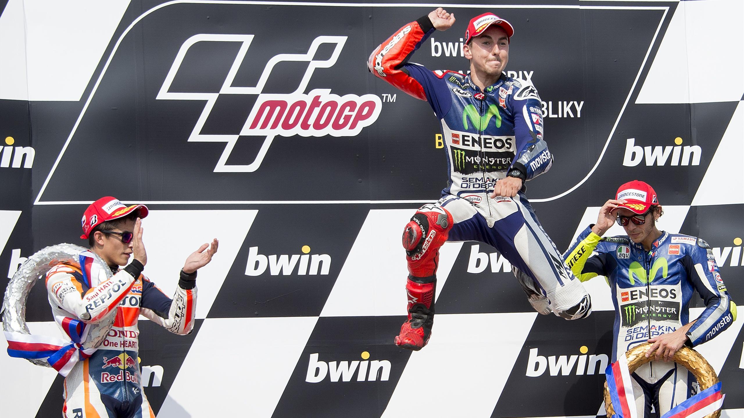 Jorge Lorenzo festeggia sul podio di Brno insieme a Marquez e Rossi, LaPresse