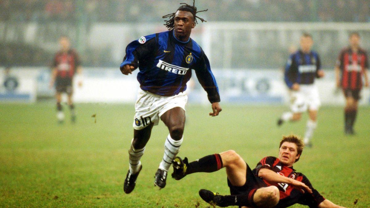 Clarence Seedorf in un derby durante la sua parentesi con la maglia dell'Inter, Imago
