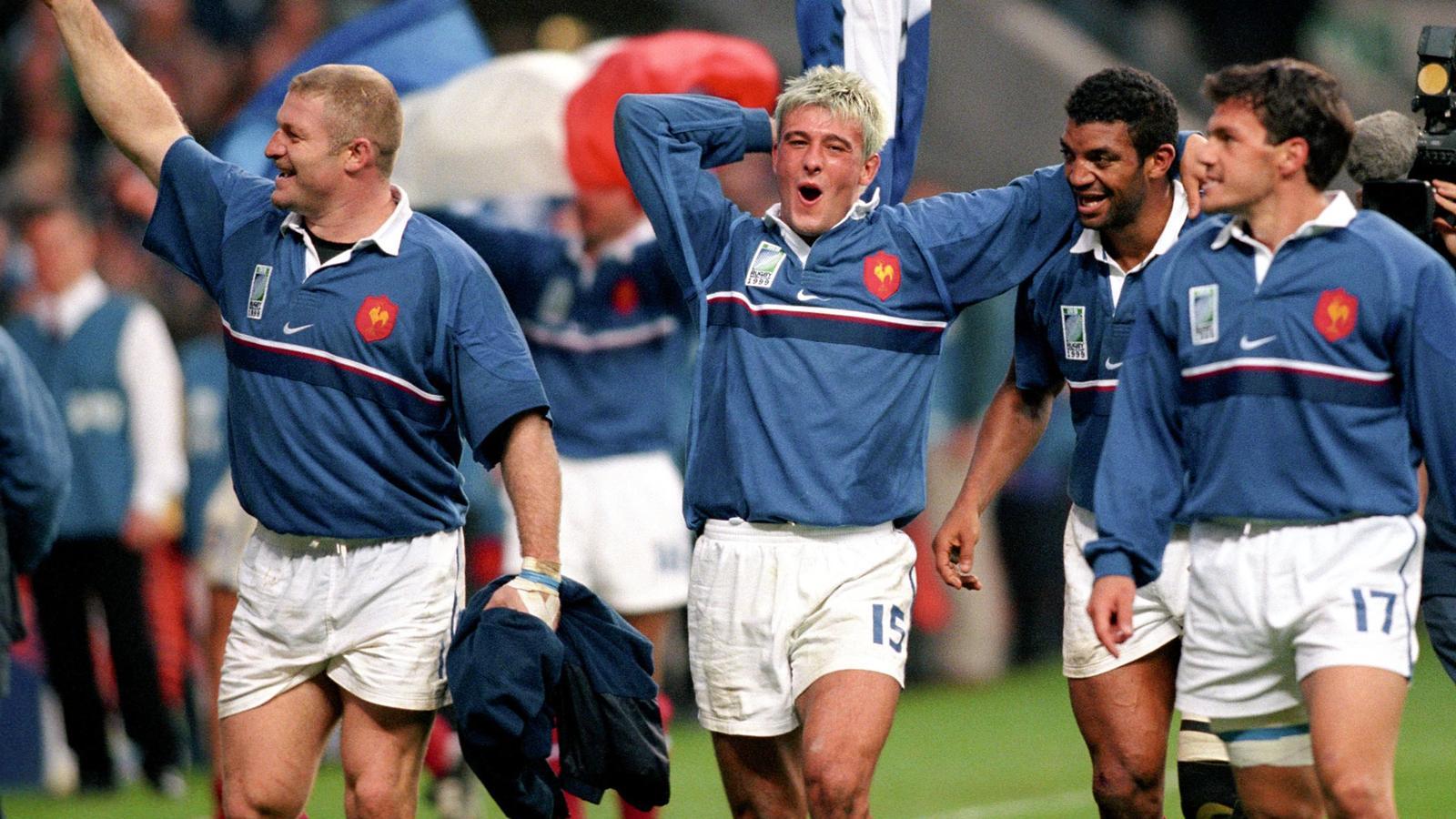 Cédric Soulette, Xavier Garbajosa, Emile Ntamack et Stéphane Glas savourent la victoire (31.10.1999)