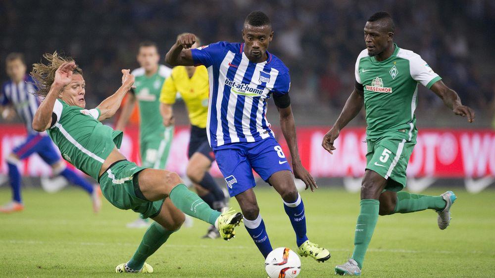 Bremen duo Jannik Vestergaard and Assani Lukimya (R) fight against Hertha's Salomon Kalou (C)