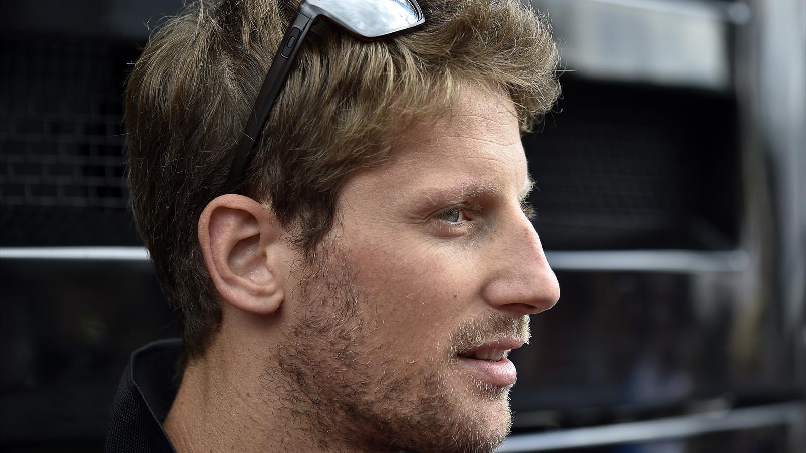 Romain Grosjean (Lotus) répond aux journalistes dans le paddock du circuit de Spa Francorchamps - Grand Prix de Belgique 2015