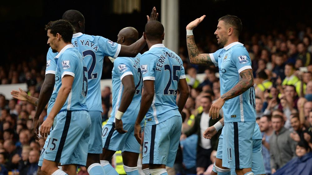 Aleksandar Kolarov félicité par ses coéquipers après avoir marqué pour Manchester City face à Everton