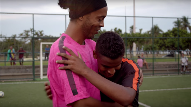 """10 ans après, Ronaldinho fait un nouveau """"Crossbar Challenge"""""""