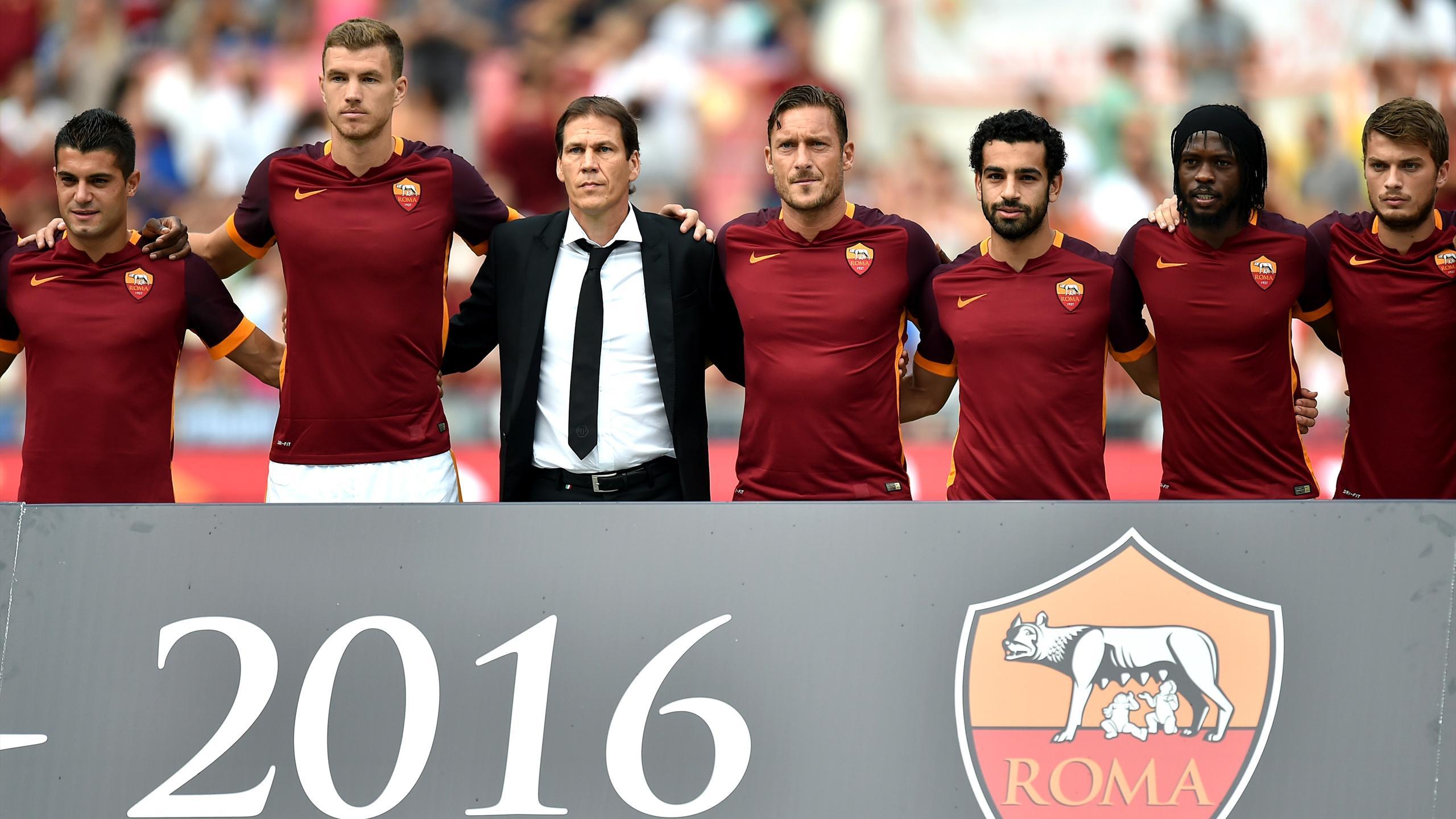 Rudi Garcia entouré de ses joueurs lors de la présentation de son équipe