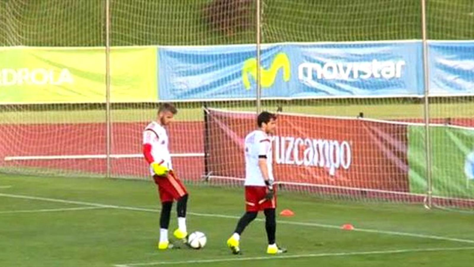 Spain goalkeeper David De Gea nutmegs team-mate Iker Casillas (Twitter)