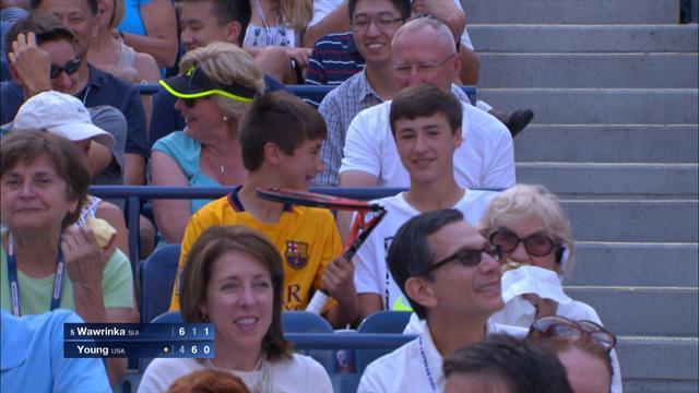 Wawrinka fracasse sa raquette et l'offre à un spectateur