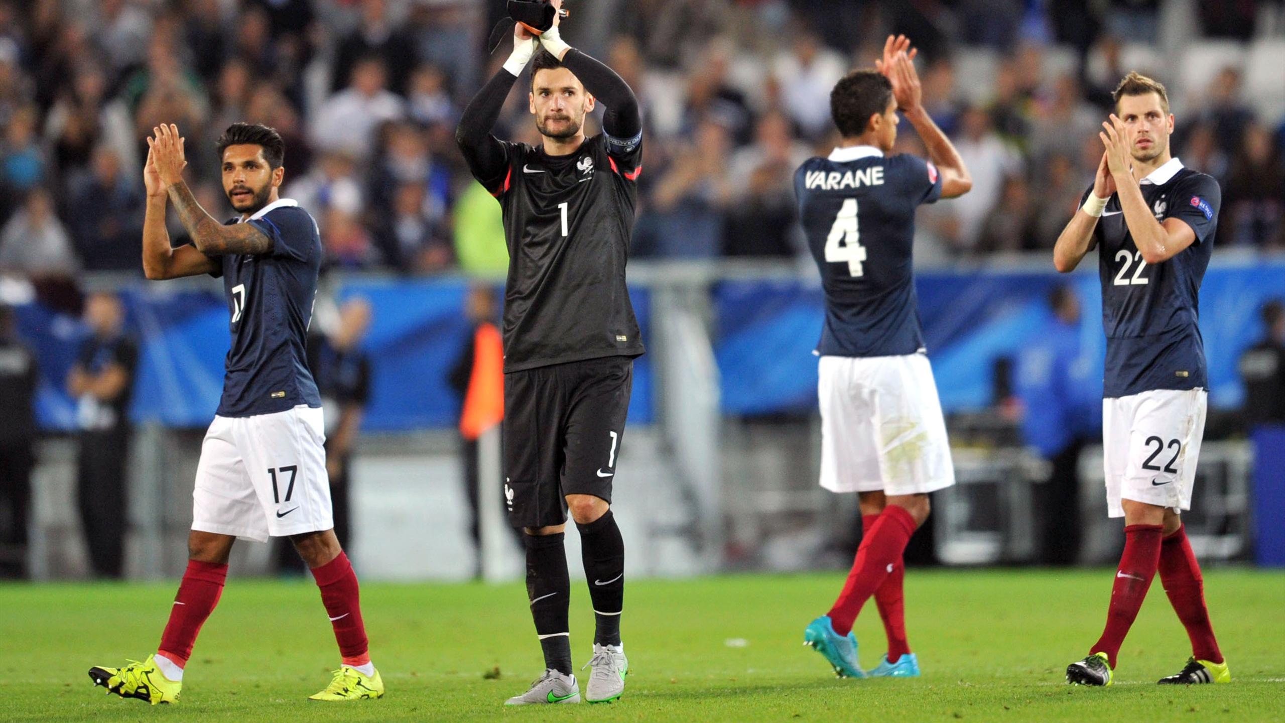 Hugo Lloris salue le public de Bordeaux après France-Serbie