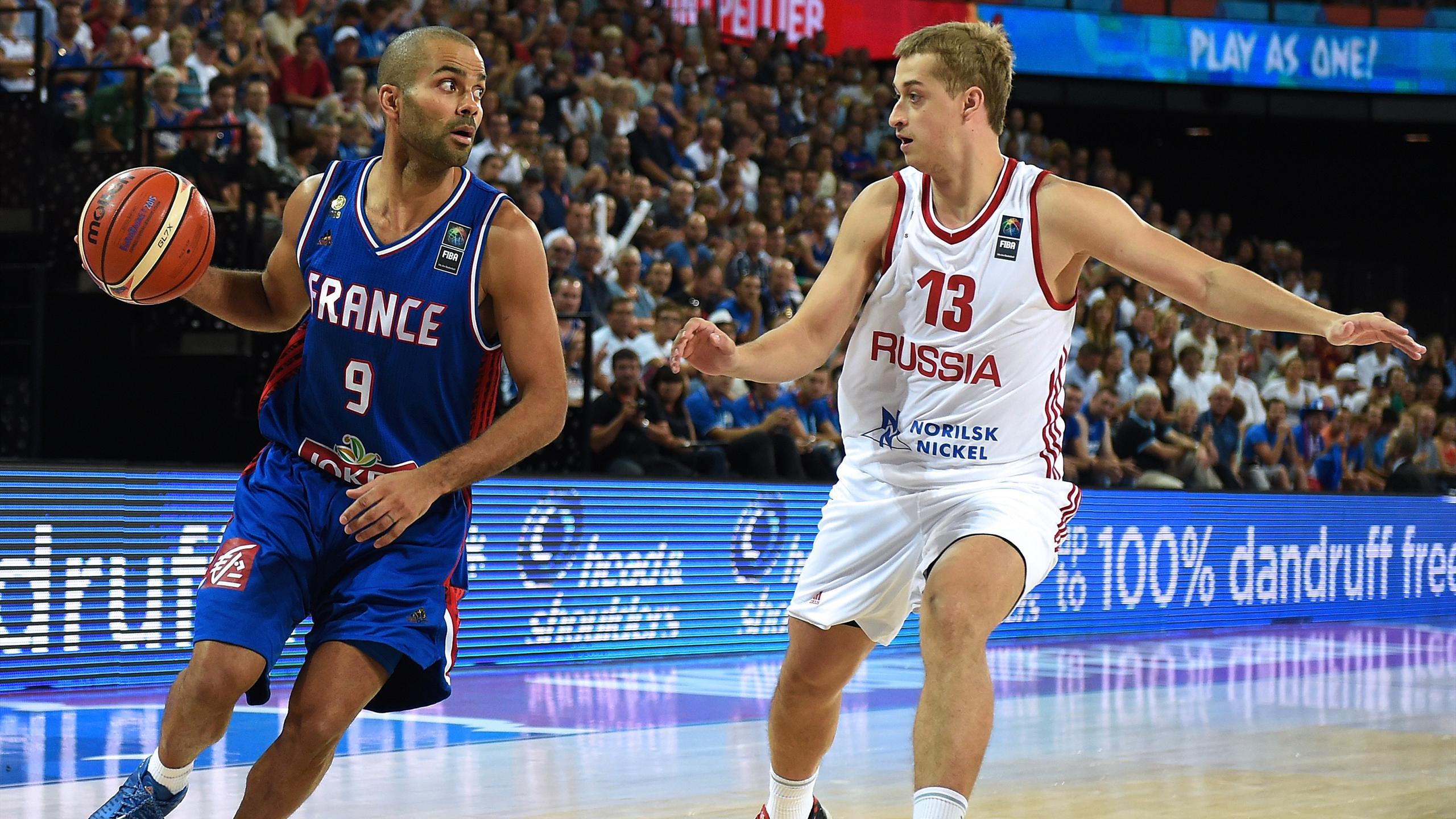 Tony Parker face à Dmitry Khvostov pendant France-Russie à l'Eurobasket 2015