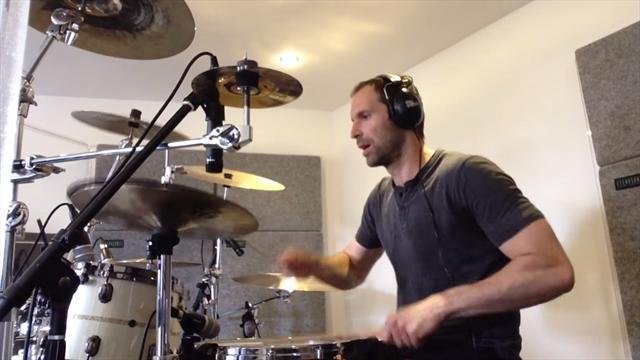 Чех исполнил кавер хита Nirvana на барабанах