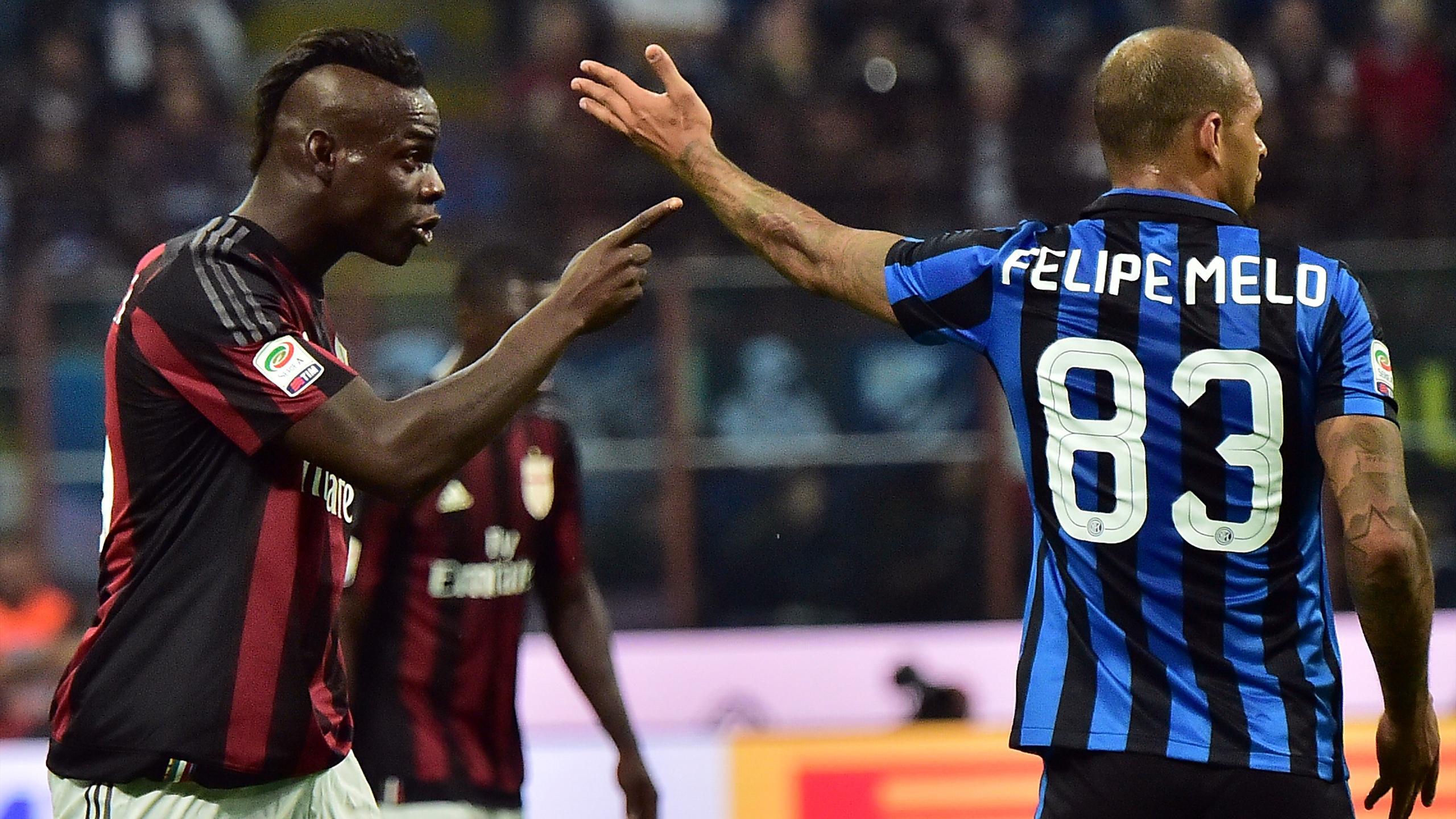 Felipe Melo (Inter) et Mario Balotelli (AC Milan) lors du derby.