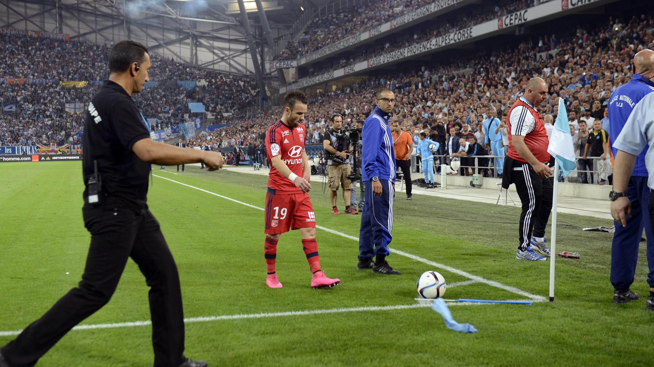 Матье Вальбуэна подает угловой в матче «Марсель» – «Лион»