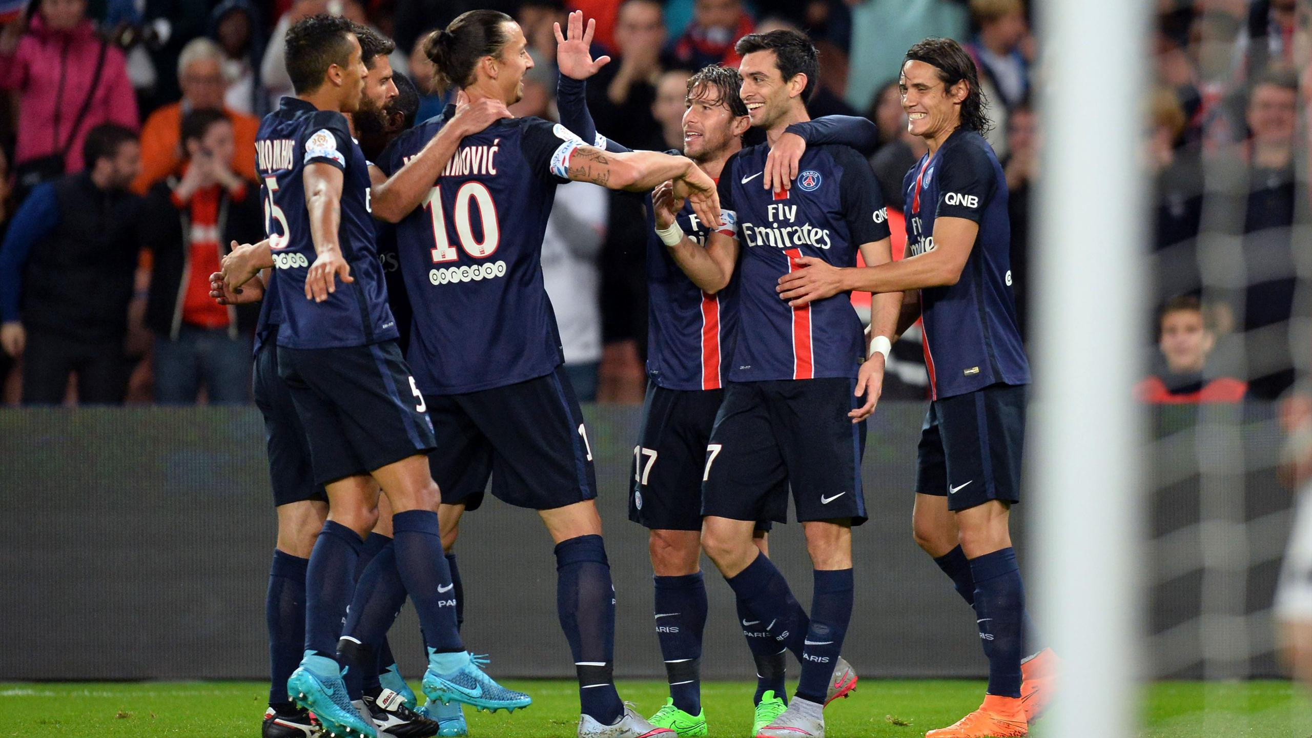 Javier Pastore félicité par Zlatan Ibrahimovic après son but lors de PSG-Guingamp