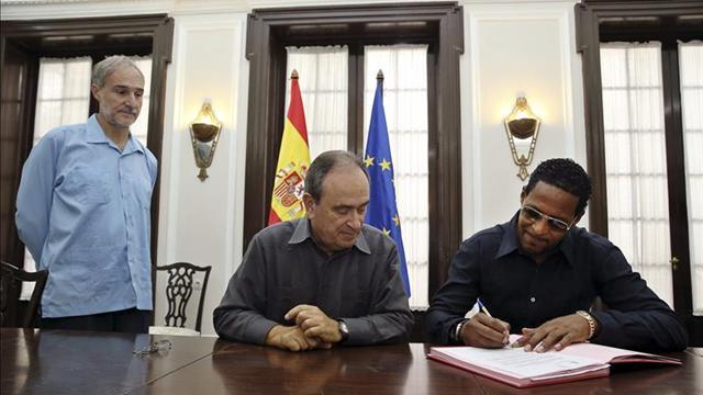 Javier Sotomayor firma la concesión de su nacionalidad española