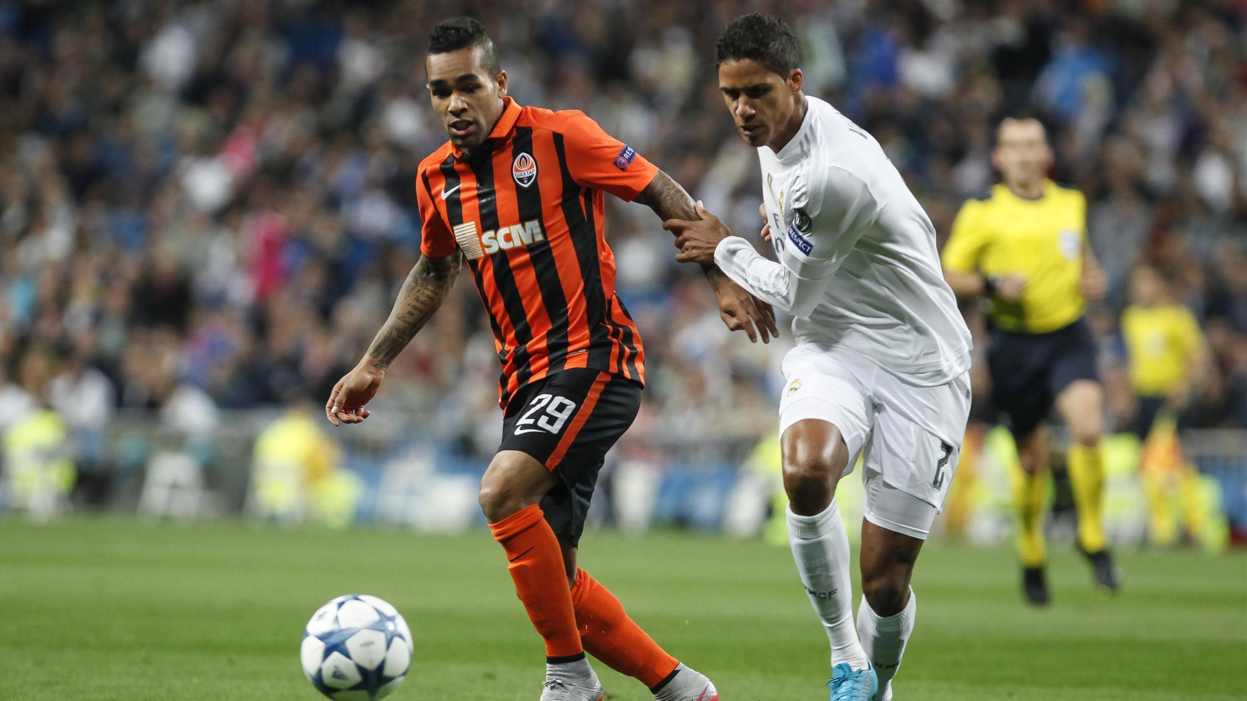 Alex Teixeira face à Raphaël Varane lors de Shakhtar-Real Madrid