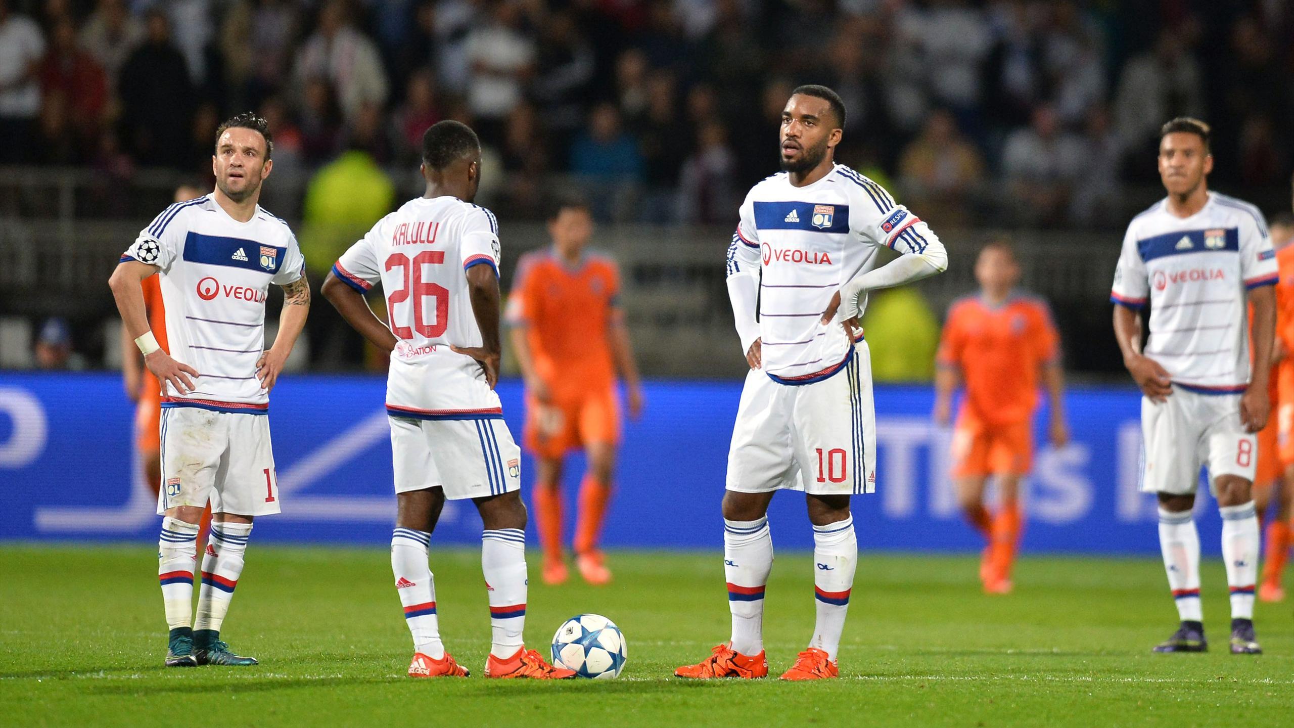 Valbuena et Lacazette dépité après la défaite de Lyon face à Valence en Ligue des champions