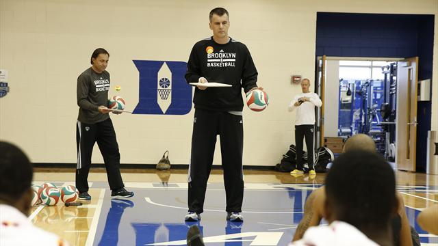 Прохоров делает некоторые упражнения лучше баскетболистов «Бруклина»