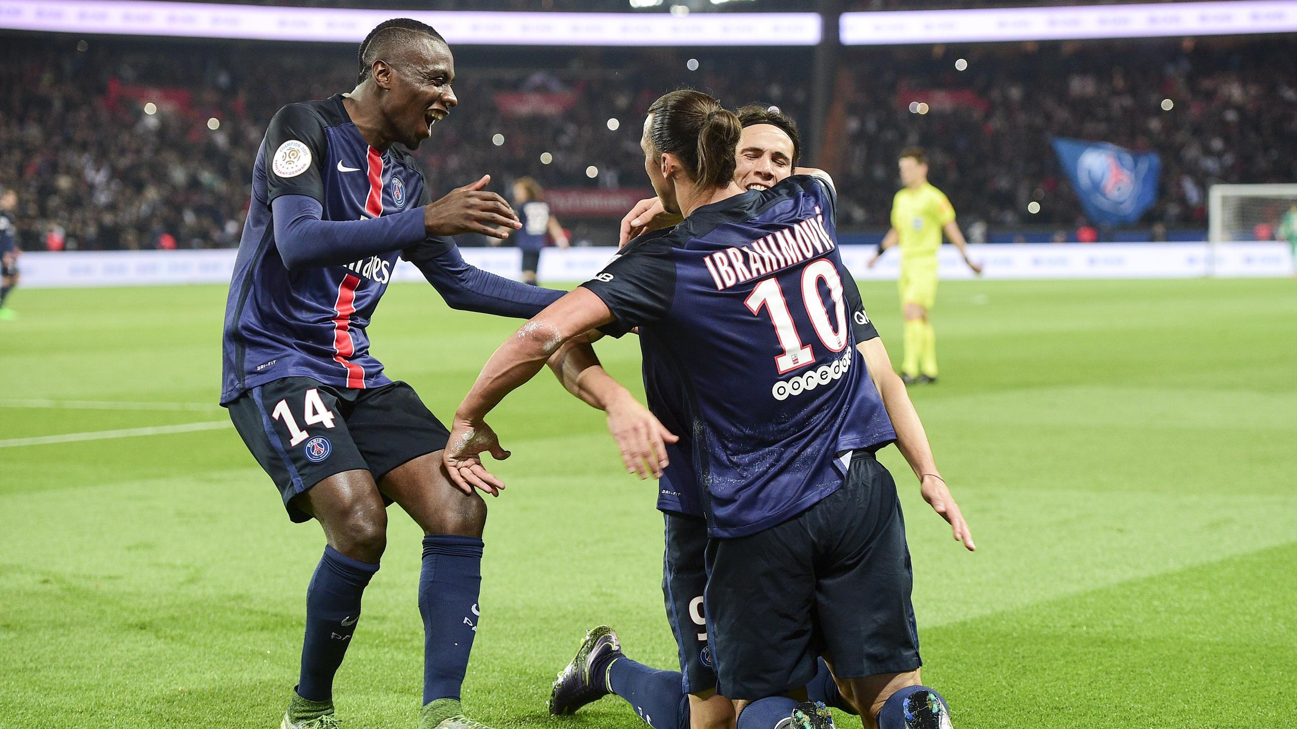 Blaise Matuidi félicite Zlatan Ibrahimovic lors de PSG-OM