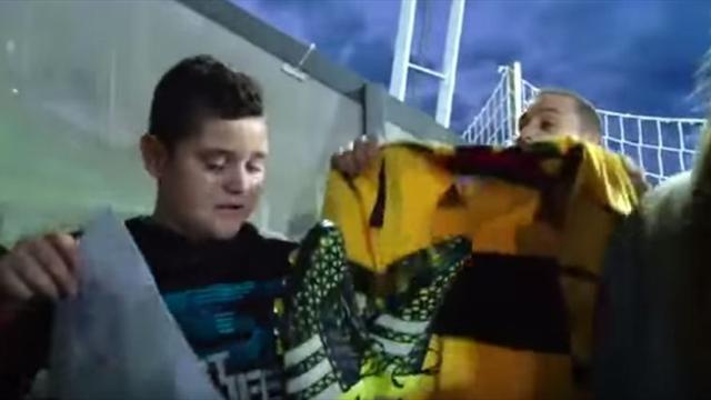 Un jeune supporter fond en larmes après avoir récupéré les chaussures de Casillas